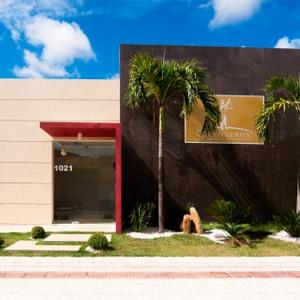 O jardim bem arquitetado emoldura a banca de Aracaju/SE.