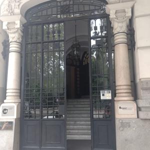 Em frente ao Parque Del Retiro, conhecido como o pulmão verde de Madrid/Espanha, a fachada da banca se destaca pelo requinte e estilo europeu.