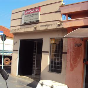 No escritório de José Bonifácio/SP, uma placa na janela indica que a banca é protegida por câmeras.
