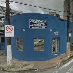O dia nublado emoldura a fachada do escritório da praiana Santos/SP.