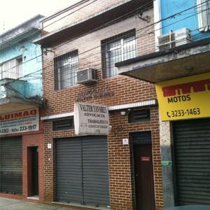 No centro da portuária Santos/SP, o sobrado de tijolos à vista abriga o escritório de advocacia.