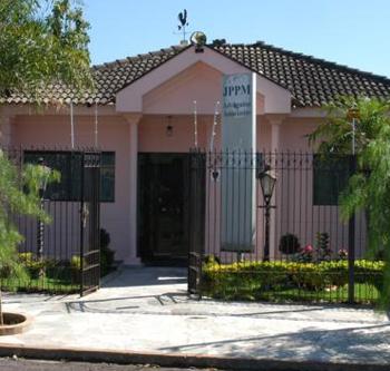 Em Presidente Prudente/SP, a fachada do escritório mescla, em sua arquitetura, o moderno e o clássico.