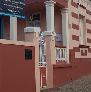 Com cores harmônicas, o escritório de Araguari/MG traz em sua fachada uma placa com as devidas informações da banca.