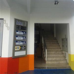 As paredes coloridas alegram a entrada do escritório de Sorriso/MT.