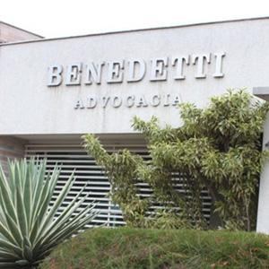 Diversas espécies de plantas conferem beleza à fachada da banca de Londrina/PR.