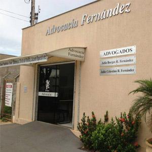 As letras prateadas do nome do escritório de Três Lagoas/MS destacam na parede com grafiato.