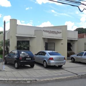 Sob um céu esplendoroso, o escritório de Goiânia/GO se destaca pelo amplo estacionamento.