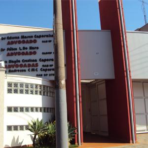 As letras em vermelho combinam com as altas colunas do escritório de Votuporanga/SP.
