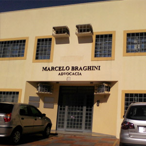 Vários pontos de ares-condicionados sobressaem na fachada da calorenta Ribeirão Preto/SP.