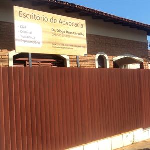 A placa suspensa indica as áreas de atuação do escritório de Frutal/MG.