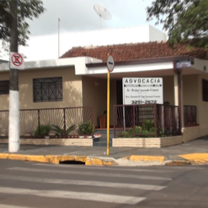 As faixas de pedrestres facilitam a chegada dos clientes ao escritório de Guariba/SP.