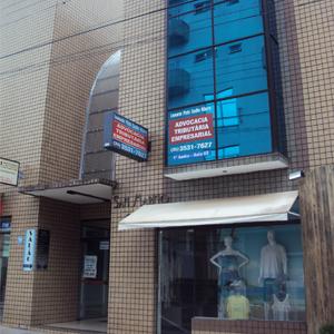 Na galeria comercial de São Sebastião do Paraíso/MG onde situa a banca tributária e empresarial, o espelho azul incrementa a fachada do prédio.
