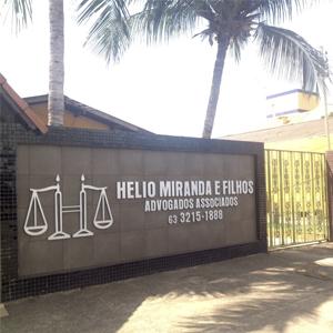 As altas palmeiras sombreiam a entrada do escritório da capital do Tocantins, Palmas.