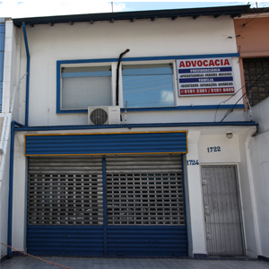 A porta lateral de ferro e com grades assegura o escritório no segundo andar do prédio em São Paulo/SP.