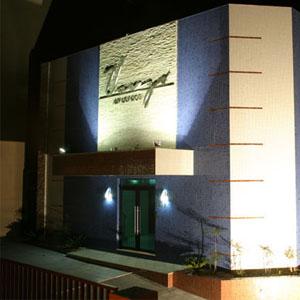 O efeito da luz realça o nome do escritório de Cascavel/PR.