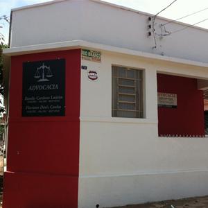 Localizado no centro de Araguari/MG, o escritório mescla a arquitetura antiga com o tom de vermelho moderno.
