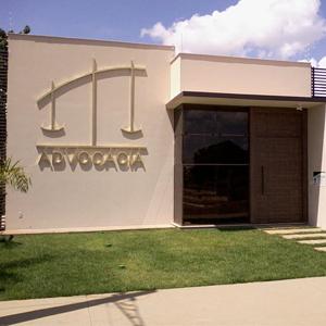 Uma grande balança da Justiça em estrutura metálica ornamenta a frente do escritório de Querência/MT.