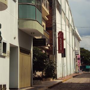 Na estreita rua de São Sebastião do Paraíso/MG, o escritório apresenta uma charmosa entrada com pequenos azulejos coloridos.
