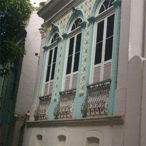 O casarão no estilo português com azulejos coloridos marca o escritório da Terra do Carimbó, Belém/PA.