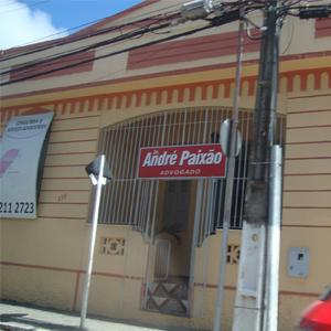 Os detalhes em vermelho queimado dão um tom harmônico à antiga construção da banca da Terra do Caju, Aracaju/SE.