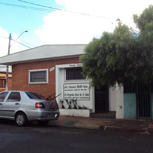 As grades no escritório de tijolos à vista de Ribeirão Preto/SP revelam a preocupação com a segurança.