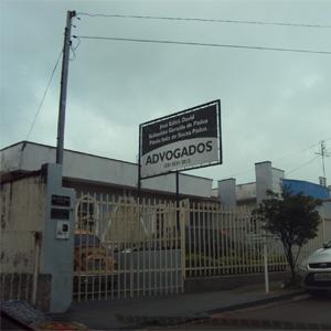 O tempo nublado emoldura a fachada do escritório de São Sebastião do Paraíso/MG.