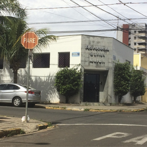Com ampla visibilidade por estar localizada em esquina, a fachada da banca de Piracicaba/SP é realçada pelas árvores ao seu redor.