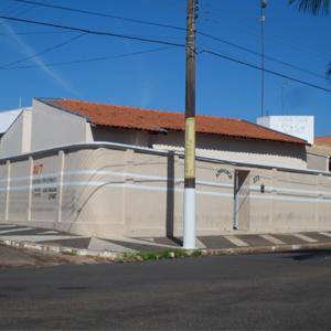 Em Tupã/SP, um extenso muro circunda a banca advocatícia.