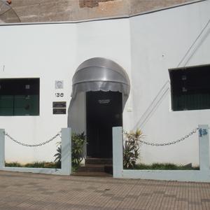 Correntes presas em pequenas colunas fecham a frente do escritório de Ourinhos/SP.