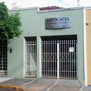 O verde tom pastel suaviza a fachada escritório de Ribeirão Preto/SP.