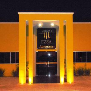 A cor dourada da fachada de Adamantina/SP contrasta com a escuridão da noite, formando um belo cenário.