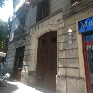 No turístico bairro Eixample, em Barcelona/Espanha, a imponente e rústica porta de madeira realça a fachada do escritório de advocacia europeu.