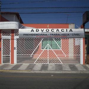 Formas triangulares chamam atenção no portão de grades brancas do escritório de Osasco/SP.