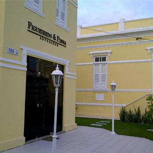 O casarão antigo situado no coração da capital sergipana, Aracaju, que abriga o escritório de advocacia, preserva a arquitetura da época de sua construção.