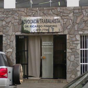 A placa prateada sobressai na parede de pedras do escritório de Ribeirão Preto/SP.