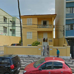 Na cidade do carnaval, Salvador/BA, o amarelo realça a fachada do escritório.