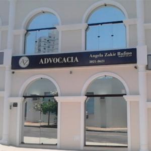 Os estilos clássico e moderno se concentram nas janelas arredondadas e espelhadas do escritório de Bauru/SP.