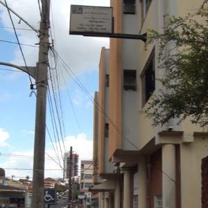 Na movimentada avenida de Araguari/MG é possível notar o escritório no segundo andar do prédio.