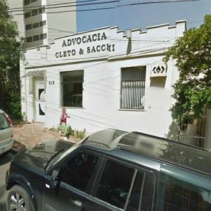 Entre frondosas árvores, a cor branca do escritório de Piracicaba/SP suaviza a fachada.