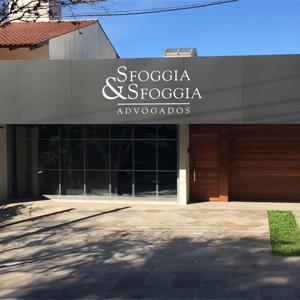Na capital dos gaúchos, Porto Alegre/RS, a fachada do escritório mescla revestimentos conferindo à banca um toque de modernidade e aconchego.