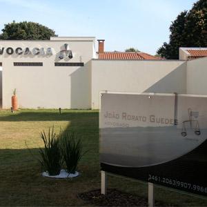 No amplo gramado do escritório de Naviraí/MS, uma placa acrílica destaca o nome da banca.