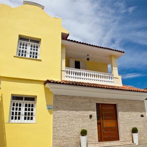 Na primeira capital do Brasil, Salvador/BA, o amarelo, presente nos canteiros floridos e na fachada do escritório, transmite alegria e simboliza o verão da região.