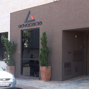 Quem chega ao escritório de Uberaba/MG se identifica pelo interfone do lado da porta. Os pinheiros na entrada harmonizam o ambiente.