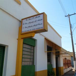 Representando o Brasil, o verde e o amarelo sobressaem na fachada do escritório de Tupã/SP.