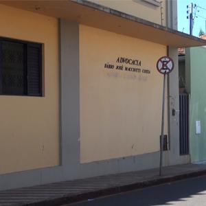 Em um suave tom alaranjado, a parede da banca mineira de Uberaba/MG é dividida por faixas cinza.