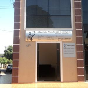 Na fachada do escritório da mineira Frutal, a imagem da deusa Thêmis caracteriza a banca.
