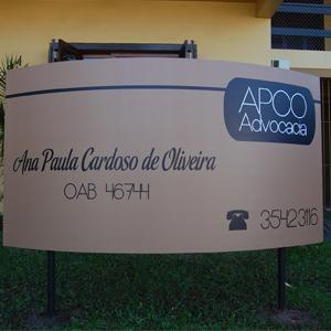 A grande placa fixada no gramado quase encobre a frente da banca de Taquara/RS, município de colonização predominantemente alemã.