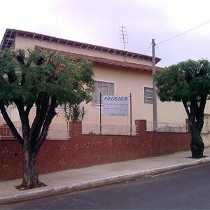 Árvores bem podadas emolduram a fachada do escritório de Pederneiras/SP.