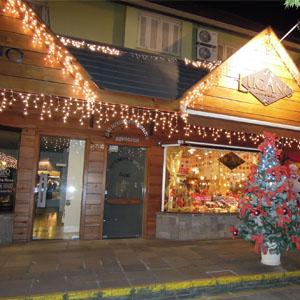 O clima de Natal toma conta da fachada do escritório de Gramado/SP.