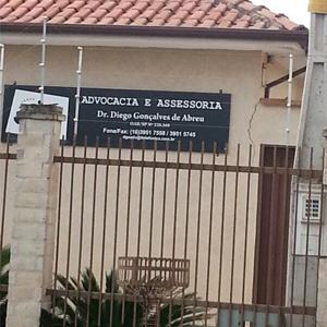 No interior de SP, em Cravinhos, grades e cerca elétrica fecham a frente do escritório.
